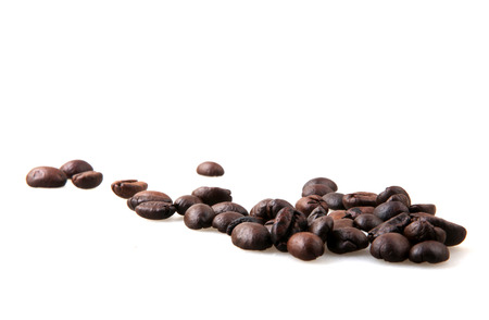 Roasted Coffee Beans Over White Background Foto de archivo - 116502726