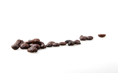Roasted Coffee Beans Over White Background Foto de archivo - 116502691