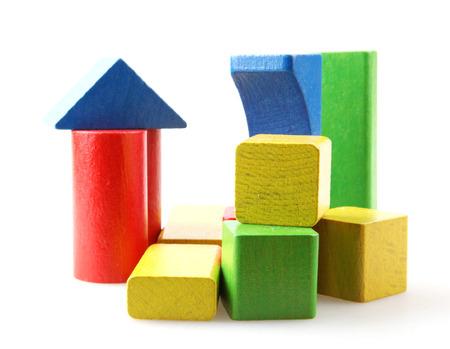 Studio-opname van kleurrijke speelgoedblokken tegen een witte achtergrond Stockfoto