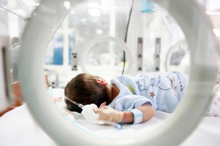 Bebé recién nacido en el hospital.