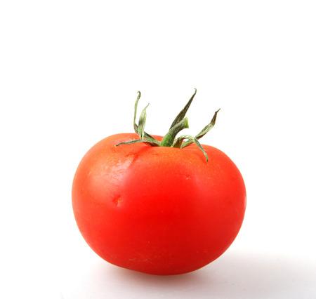 Primer plano de tomate rojo sobre fondo blanco.