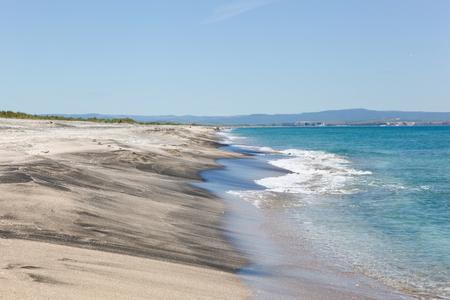 Hermosa playa e increíble mar en Pomorie, Bulgaria. Foto de archivo