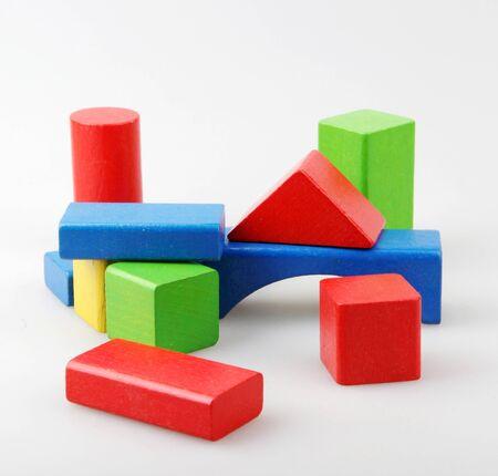 Studio-opname van kleurrijke speelgoedblokken tegen wit