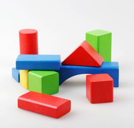 Studio Shot de blocs de jouets colorés contre le blanc