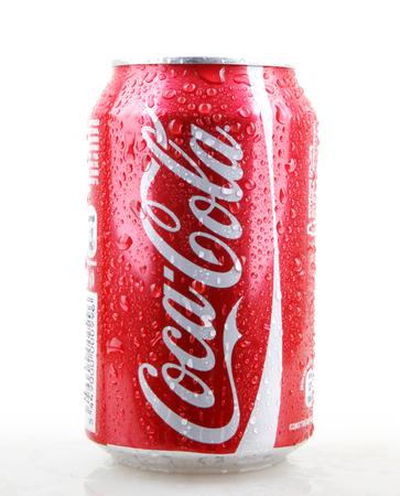 Aytos, Bulgaria - 28 gennaio 2014: Coca-Cola isolato su sfondo bianco. La Coca-Cola è una bibita gassata venduta nei negozi, ristoranti e distributori automatici di tutto il mondo.