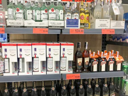 Pomorie, Bulgaria - 12 de septiembre de 2019: Botellas dispuestas en licorería. Editorial