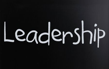 The word Leadership handwritten with white chalk on a blackboard Stockfoto