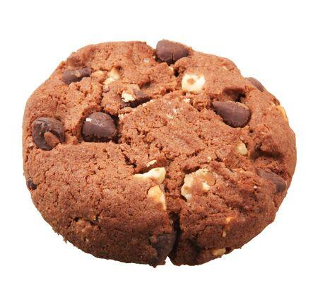 Primer plano de la galleta con chispas de chocolate aislado sobre fondo blanco.