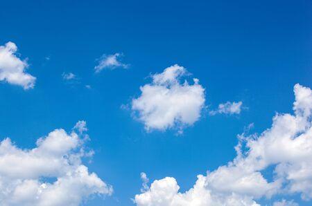 Low Angle View von Wolken im blauen Himmel