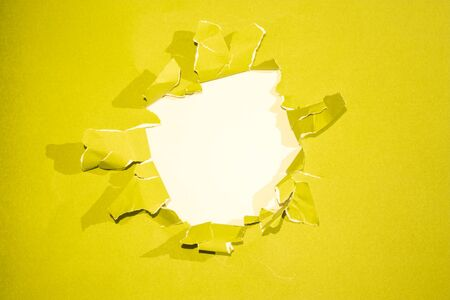 penetraci�n: Hole in the yellow paper with rend sides