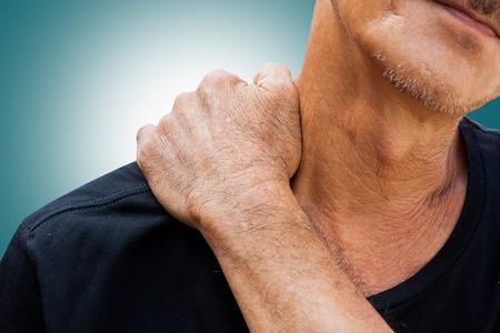 El viejo hombre tiene dolor en la parte derecha del cuello Foto de archivo