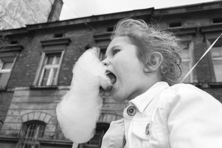 algodon de azucar: ni�a comiendo algod�n de az�car Foto de archivo