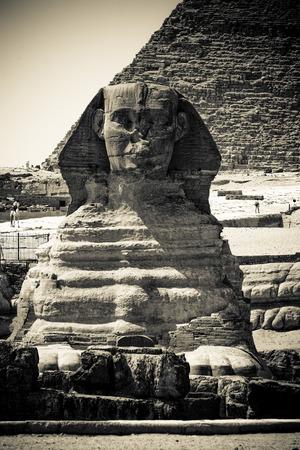 esfinge: Retrato de la esfinge de Giza y detrás de la pirámide de Chefren Foto de archivo