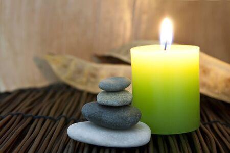 Zen Steine ??und aromatischen Kerze Standard-Bild - 24823508