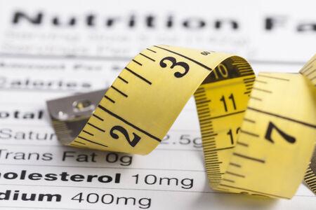 Gros plan d'une bande de mesure sur une feuille de nutrition fait Banque d'images - 24984700