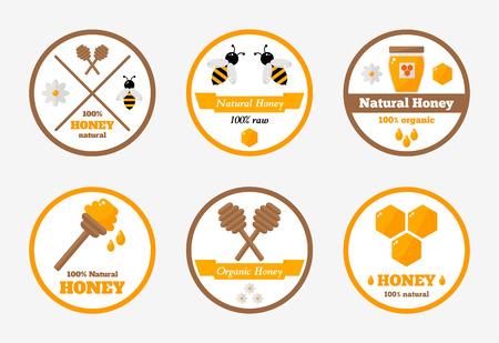 Etichette di miele isolate impostate sullo sfondo. Collezione di etichette di miele del fumetto. Etichetta rotonda. Adesivo di miele. Tag del prodotto di miele per l'azienda agricola apiaria o l'apicoltura. Illustrazione vettoriale di stile piatto. Vettoriali