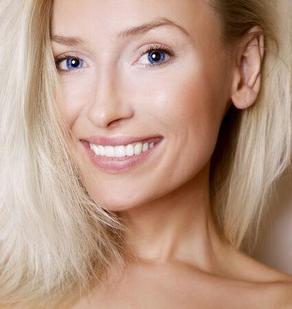 Portrait der schönen lächelnden Frau mit saubere Haut. Reine Schönheit.