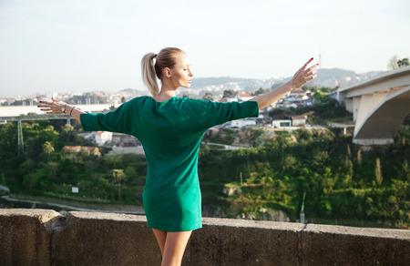 vue ville: Belle femme blonde posant sur vue sur la ville au Portugal journ�e ensoleill�e.