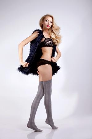 Красивая блондинка позирует