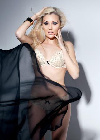 posa sexy: Sensuale donna bionda posa in posa sexy. Photo Indoor.
