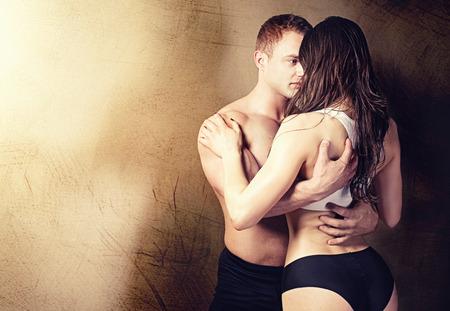 femmes nues sexy: Sexy couple posant en studio. Handsome homme muscl� avec sa petite amie.