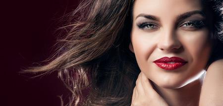 Schönheit Nahaufnahme Porträt von attraktiven Brünette elegant Frau mit roten Lippen und lange Haare. Perfekte Make-up. Wind in hair.Girl mit schönen Lächeln. Lizenzfreie Bilder