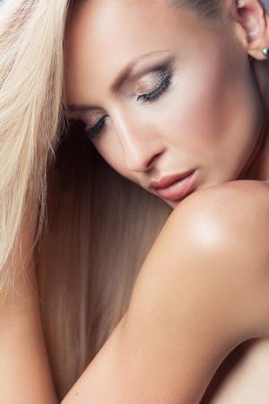 models posing: Primer retrato de la belleza de la joven y atractiva mujer rubia. Muchacha con los ojos cerrados, delicada pose. La piel y maquillaje perfecto. Estudio de disparo.