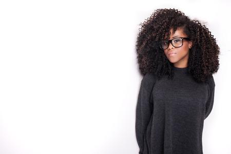 modelos negras: Retrato de la hermosa joven afroamericana. Chica con afro y gafas. Foto de archivo