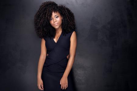 modelos posando: Muchacha africana hermosa joven americano posando en traje elegante, mirando a la c�mara. Chica con afro. Estudio de disparo. Foto de archivo