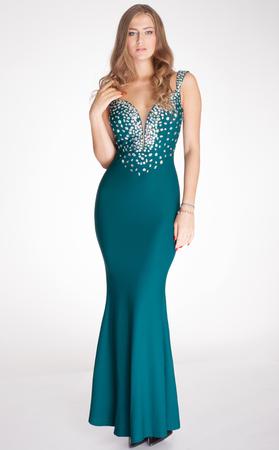 vestido de noche: Hermosa mujer elegante posando en traje de noche de moda, mirando a la cámara. Estudio de disparo. Foto de archivo