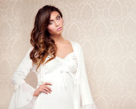 Schöne sinnliche Brünette Frau im eleganten Zimmer in Nachtzeug aufwirft Lizenzfreie Bilder