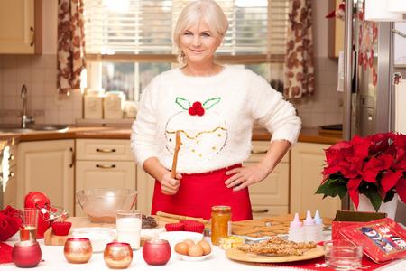 Hübsches Großmutter Kekse backen in der Küche, die Weihnachtszeit.