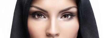 아름 다운 갈색 눈을 가진 매력적인 젊은 여자의 근접 촬영 아름다움 초상화. 스튜디오 촬영.