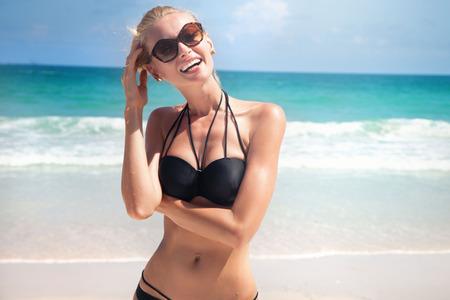 아름다움: 해변, 여름 시간에 젊은 아름 다운 여자 지출 시간.