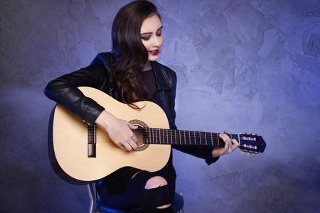 Junge schöne Teenager-Mädchen auf der Gitarre zu spielen. Konzert. Hobby. Rock and Roll. Standard-Bild - 53094540