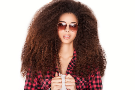 black hair: Retrato de la sonrisa hermosa muchacha afroamericana con el pelo largo y rizado. Chica con gafas de sol. Foto de archivo