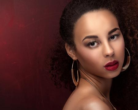 femme noire nue: photo de mode de la belle élégante femme afro-américaine. Fille posant dans les bijoux, boucles d'oreilles à la mode et le collier. Beauty portrait. Studio shot. Banque d'images