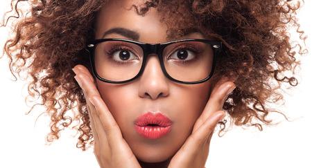mujer sexy desnuda: Retrato de la hermosa joven afroamericano con afro. La muchacha llevaba anteojos. Foto de cerca. estudio de disparo.