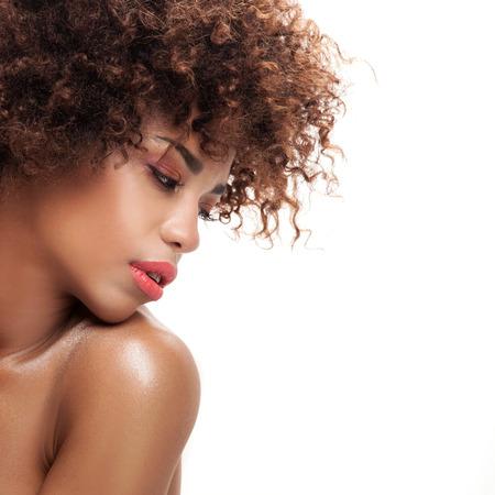 Atemberaubende schöne junge African American schwarze Frau. Beauty Portrait. Afro-Frisur. Glamour Make-up. Weißer Hintergrund. Studio gedreht.