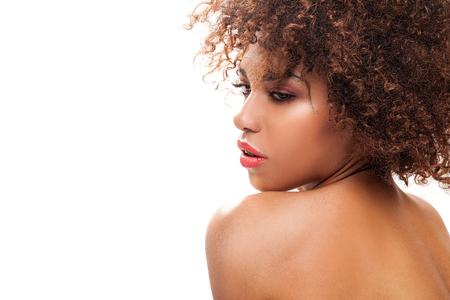 mujer desnuda de espalda: Impresionante joven y bella mujer de negro afroamericano. Retrato de la belleza. peinado afro. Maquillaje del encanto. Fondo blanco. estudio de disparo.