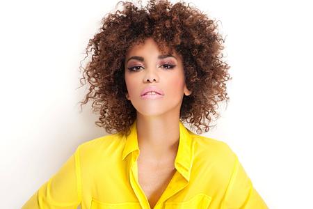 american sexy: Портрет красивой молодой афроамериканец женщина с афро и гламурный макияж. Студия выстрел.