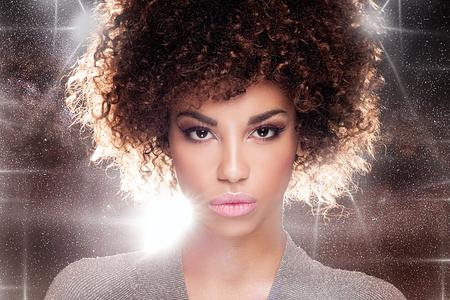 femme noire nue: Portrait de la belle jeune femme afro-am�ricaine avec le maquillage afro et glamour. Studio shot.