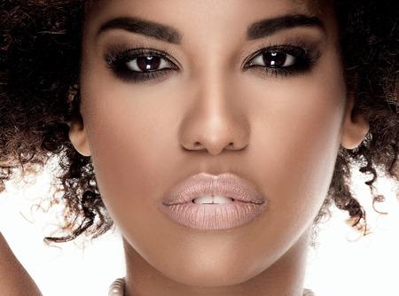 Schönheit Foto der jungen eleganten Afroamerikanerfrau mit Afro. Mädchen tragen Perlen. Betrachtet man die Kamera. Glamour Make-up. Studio gedreht. Standard-Bild - 61284158