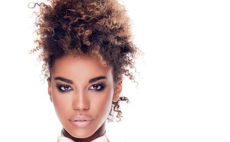 Schönheit Porträt African American Frau mit Afro-Frisur. Mädchen tragen weiße Fliege. Betrachtet man die Kamera. Studio gedreht. Weißer Hintergrund.
