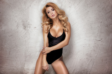 Junge sexy blonde Frau im modernen Badeanzug posiert. Mädchen mit idealen Körper. Studio gedreht. Lizenzfreie Bilder