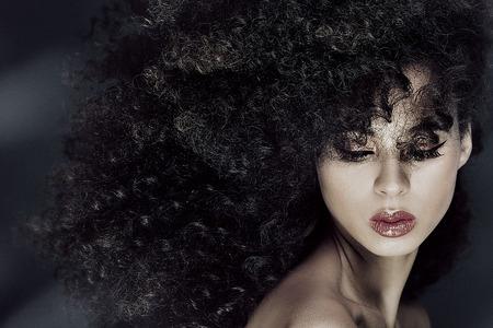 Beauty Porträt African American Frau mit Afro Frisur und Glamour Make-up. Lizenzfreie Bilder