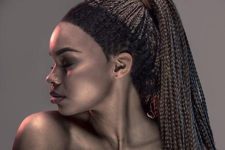 Portrait der schönen jungen afrikanischen Mädchen mit Zöpfen, Studio gedreht.