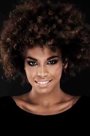アフロの髪型と笑顔のアフリカ系アメリカ人女性の美しさの肖像画。 写真素材