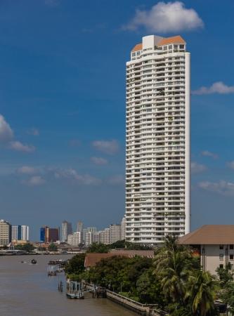 phraya: Una de las �reas m�s fascinantes de Bangkok, los edificios junto al r�o refleja una escena siempre cambiante de los edificios rascacielos en el horizonte se ha tomado esta foto de Taksin Puente a trav�s del r�o Chao Phraya, en Bangkok, Tailandia Editorial