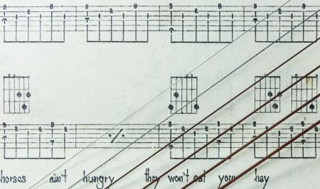 letras musicales: Cuerdas de Guitarra en la Hoja de M�sica Antigua amarillento con letras, Primer
